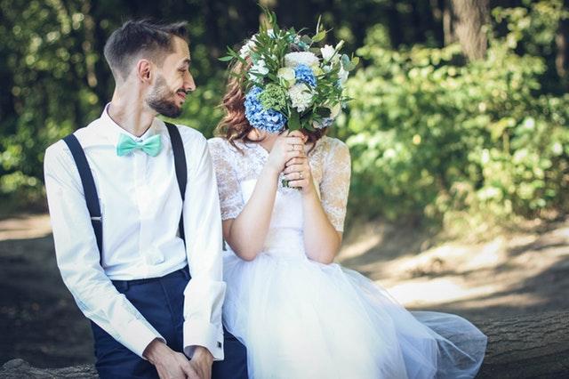 結婚式の前撮りのポーズ!面白い&おしゃれなフォト<洋装編>